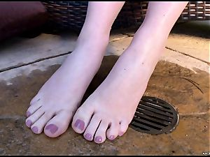 molten super-hot Kagney Karter plays with her scorching toes