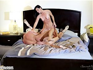 Veronica Avluv and India Summer - My dear husband, you want to try my friend's honeypot