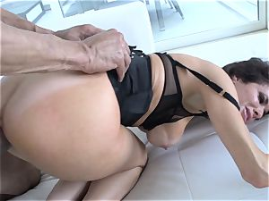 Veronica Avluv splatters from the girth of this super-hot spunk-pump