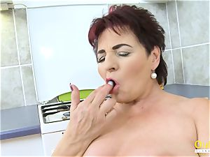 OldNannY Mature chick pleasing Her poon with plaything