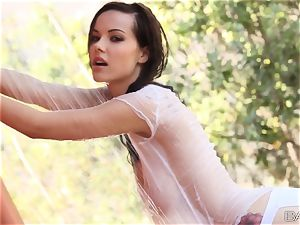 Elizabeth Marxs taunts you with her steaming raw figure